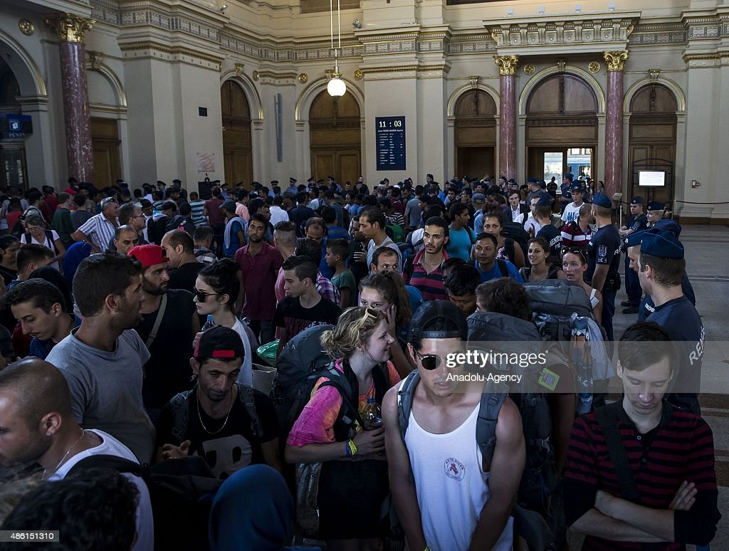 Migrants in Budapest Keleti railway station : News Photo