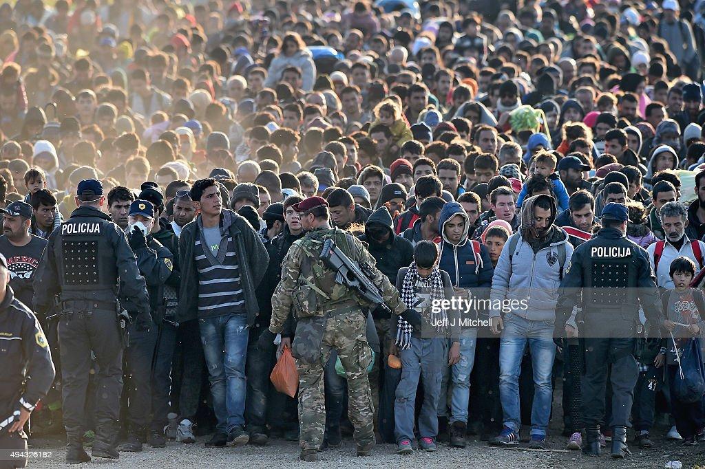 Migrants Cross Into Slovenia : Fotografía de noticias