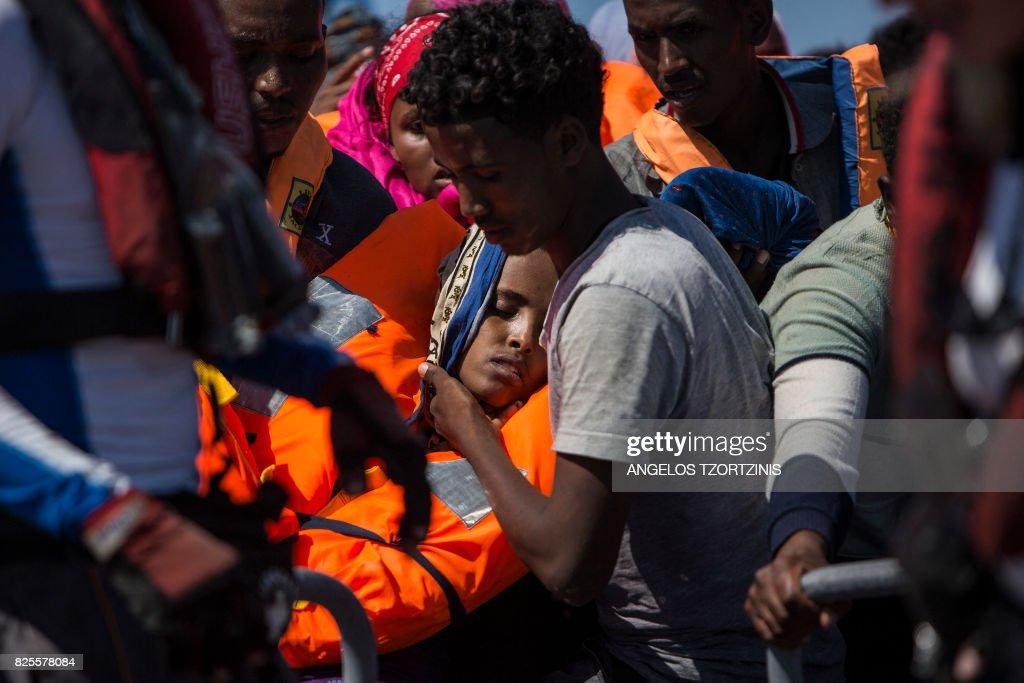 TOPSHOT-ITALY-LIBYA-EUROPE-MIGRANTS-NGO : News Photo
