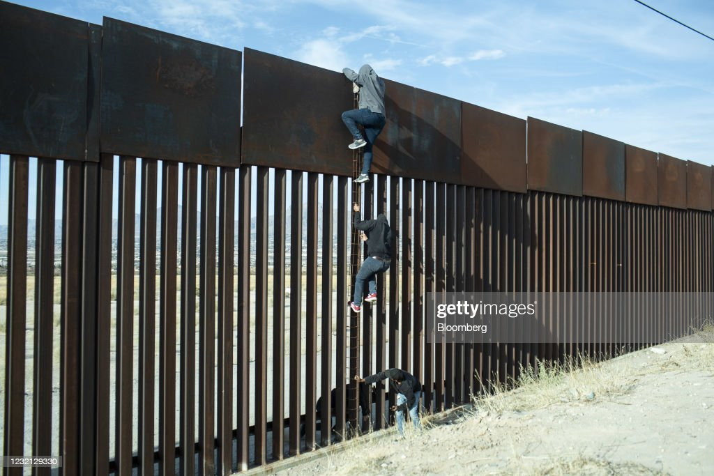 U.S. On Track To Encounter Record 2 Million Migrants On Southern Border : News Photo