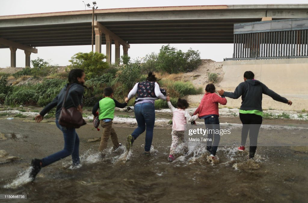 Swelling Numbers Of Migrants Overwhelm Southern Border Crossings : ニュース写真