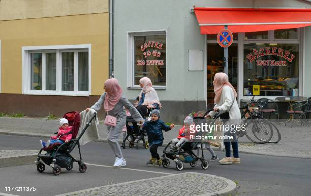 Migrants, headscarfs, Leberstrasse, beauty's mountain, Berlin, Germany, Migrantinnen, Kopftucher, Leberstrasse, Schoneberg, Germany.