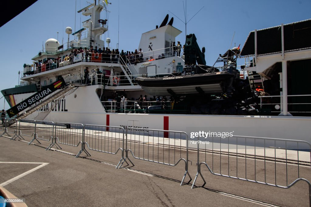 Migrants Landing in Salerno : News Photo