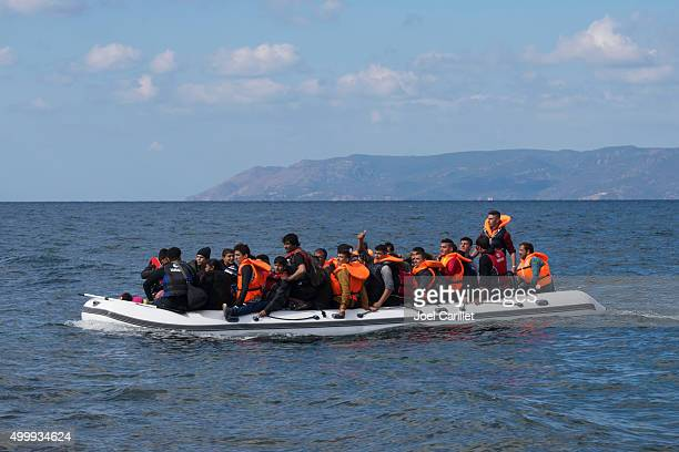 migrantes viagem para a grécia por barco - pessoa desalojada - fotografias e filmes do acervo