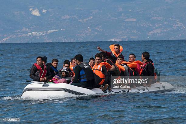 migrants traveling from turkey to greece - watervaartuig stockfoto's en -beelden