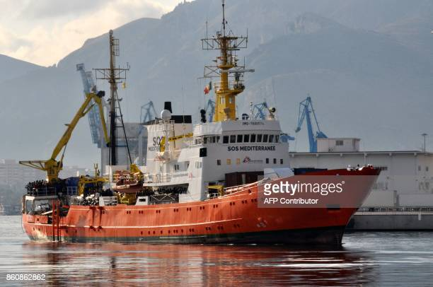 Migrants wait to disembark from rescue ship Aquarius run by NGO 'SOS Mediterranée' after a rescue operation at sea on October 13 2017 in Palermo...