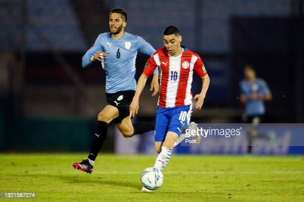 Miguel Almirón of Paraguay controls the ball against Rodrigo Bentancur of Uruguay during a match between Uruguay and Paraguay as part of South...