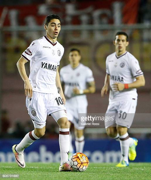 Miguel Almiron of Lanus drives the ball during a match between Independiente and Lanus as part of Copa Sudamericana 2016 at Libertadores de America...
