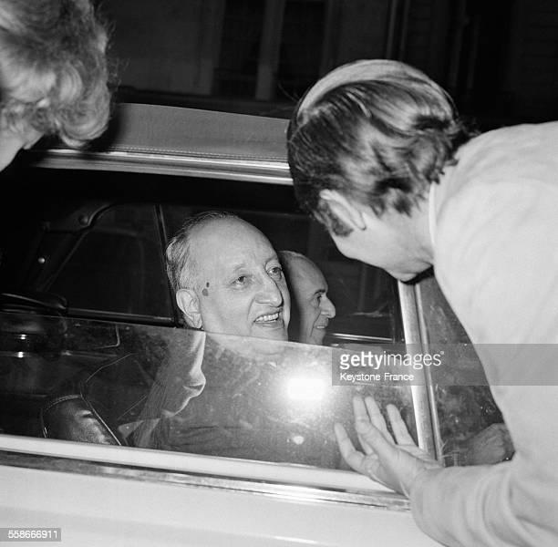 Miguel Angel Astorias ambassadeur du Guatemala et poète lauréat du Prix Nobel de littérature est photographié dans sa voiture à Paris France le 19...
