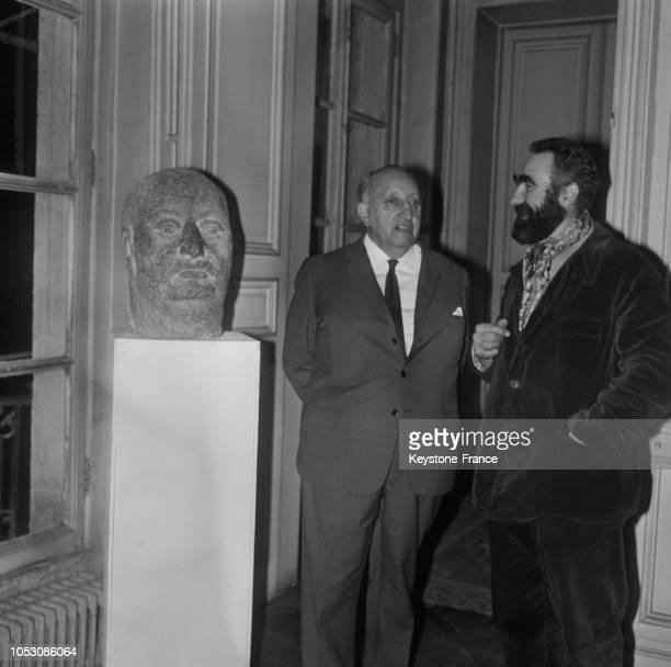 Miguel Angel Asturias devant son buste sculpté par Coutelle et présenté à la galerie PaulAmboise à Paris France le 9 novembre 1967