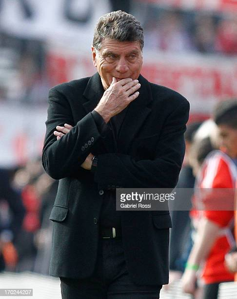 Miguel Angel Brindisi coach of Independiente laments during a match between River Plate and Independiente as part of the Torneo Final 2013 at the...