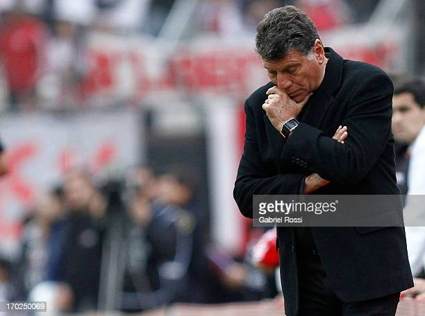 Miguel Angel Brindisi coach of Independiente reacts during a match between River Plate and Independiente as part of the Torneo Final 2013 at the...
