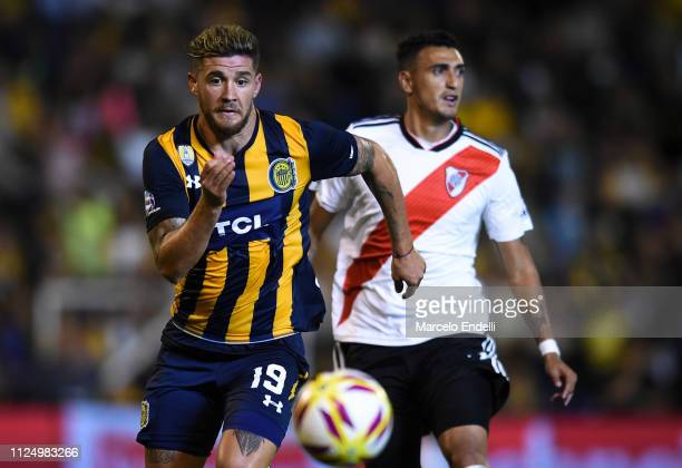 Miguel Barbieri of Rosario Central chases the ball during a match between Rosario Central and River Plate as part of Superliga 2018/19 at Estadio...
