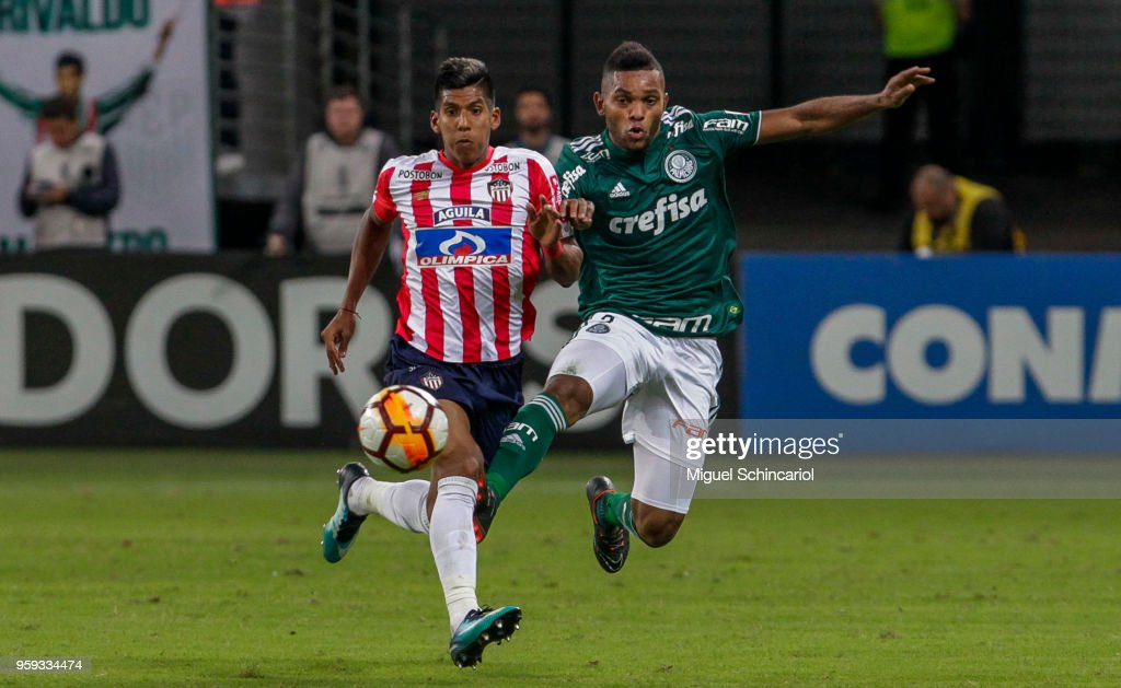 Miguel Borja (R) of Palmeiras of Brazil vies for the ball with Davi Murillo of Junior Barranquilla of Colombia during the match for the Copa CONMEBOL Libertadores 2018 at Allianz Parque Stadium on May 16, 2018 in Sao Paulo, Brazil.