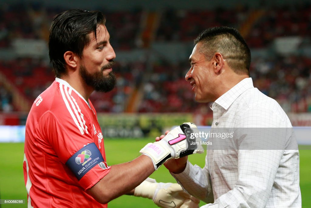Miguel Fraga goalkeeper of Atlas greets Marcos Ambriz coach of Necaxa prior the seventh round match between Necaxa and Atlas as part of the Torneo Apertura 2017 Liga MX at Victoria Stadium on August 26, 2017 in Aguascalientes, Mexico.