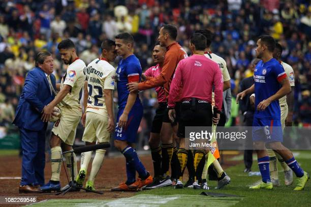 Miguel Herrera Oribe Peralta Paul Aguilar Ivan Marcone Fernando Guerrero and Adrian Aldrete during the final first leg match between America and Cruz...