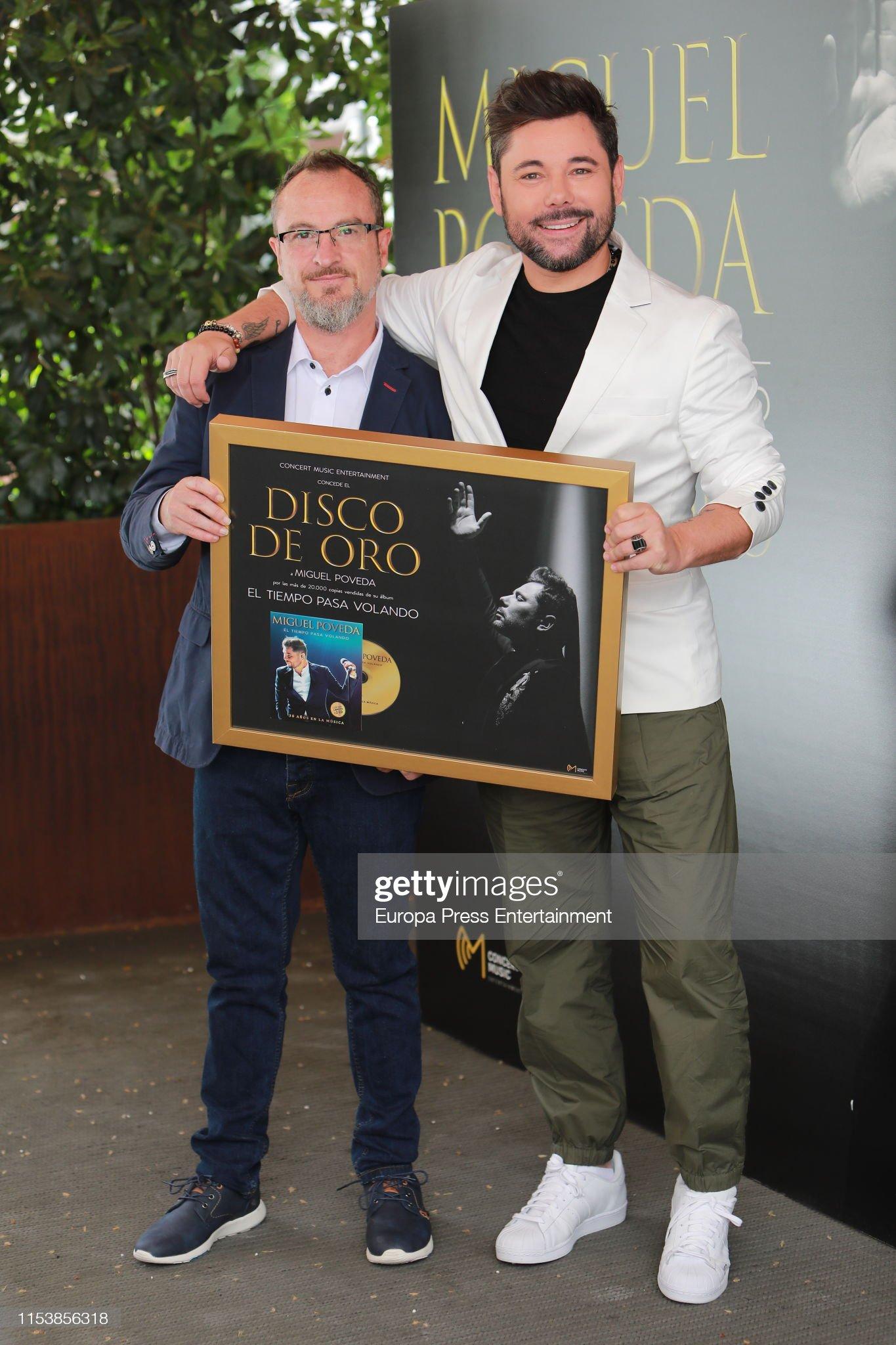 ¿Cuánto mide Miguel Poveda? - Altura Miguel-poveda-receives-a-gold-record-for-his-album-el-tiempo-pasa-on-picture-id1153856318?s=2048x2048