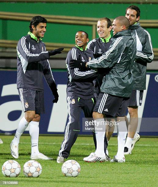 Miguel Torres Robinho Arjen Robben Pepe and Christoph Metzelder joke during a training session before the Champions league match between Werder...