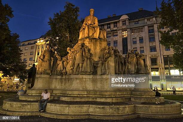 mihaly vorosmarty monument in budapest at night - emreturanphoto stock pictures, royalty-free photos & images