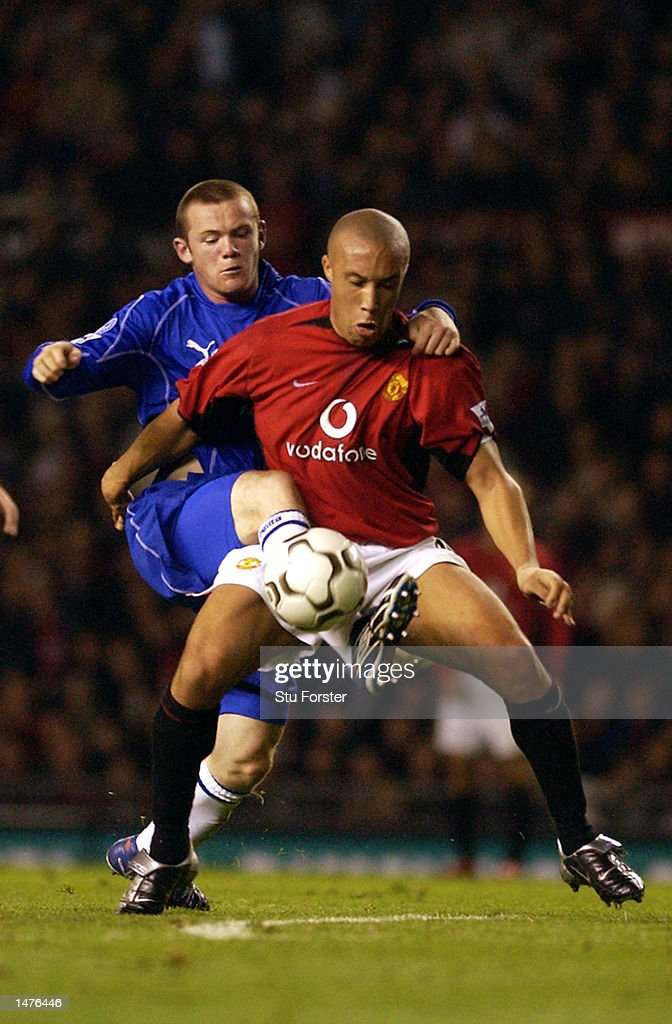 Mikael Silvestre of Manchester United and Wayne Rooney of Everton : News Photo