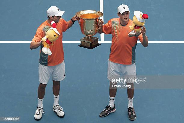 Mike and Bob Bryan of the United States pose for photographers after defeqating Carlos Berlocq of Argentina and Denis Istomin of Uzbekistan during...