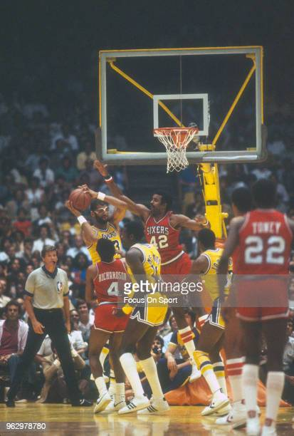 Mike Bantom of the Philadelphia 76ers defends Kareem AbdulJabbar of the Los Angeles Lakers during an NBA basketball game circa 1982 at The Forum in...