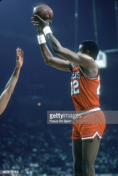 Mike Bantom of the Philadelphia 76ers shoots against the Washington Bullets during an NBA basketball game circa 1982 at the Capital Centre in...