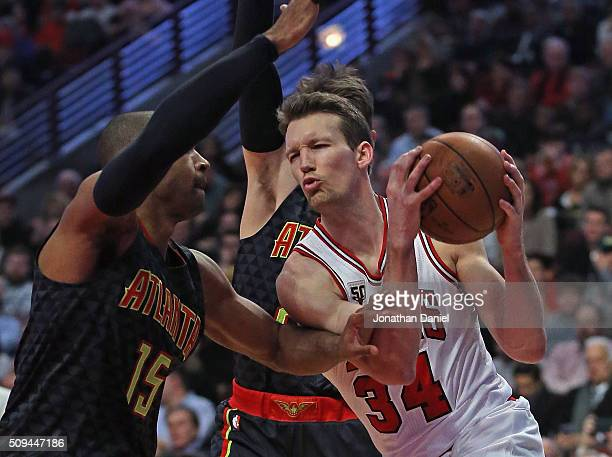 Mike Dunleavy of the Chicago Bulls drives against Al Horford of the Atlanta Hawks at the United Center on February 10 2016 in Chicago Illinois NOTE...