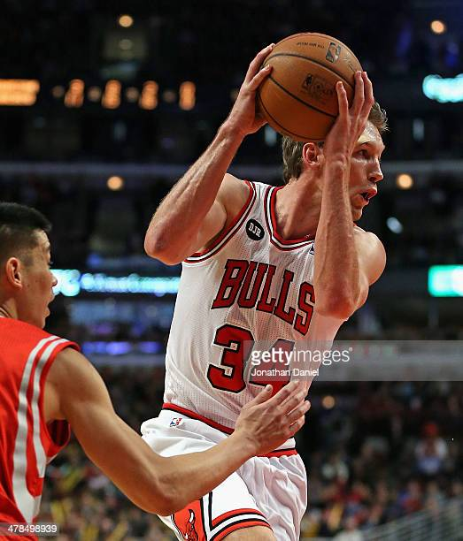 Mike Dunleavy of the Chicago Bulls drives past Jeremy Lin of the Houston Rockets at the United Center on March 13 2014 in Chicago Illinois The Bulls...