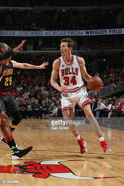 Mike Dunleavy of the Chicago Bulls drives to the basket against the Atlanta Hawks during the game on March 28 2016 at United Center in Chicago...