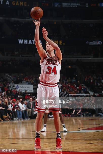 Mike Dunleavy of the Chicago Bulls shoots against the Atlanta Hawks during the game on February 10 2016 at United Center in Chicago Illinois NOTE TO...