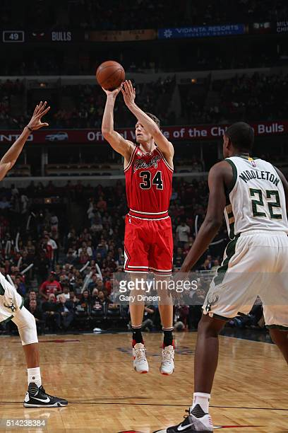 Mike Dunleavy of the Chicago Bulls shoots against the Milwaukee Bucks during the game on March 7 2016 at United Center in Chicago Illinois NOTE TO...
