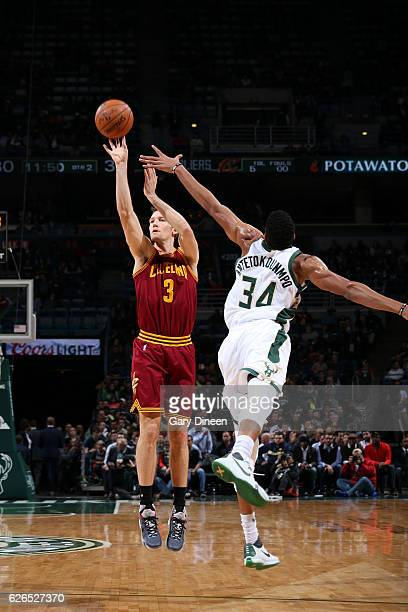 Mike Dunleavy of the Cleveland Cavaliers shoots the ball during the game against the Milwaukee Bucks on November 29 2016 at the BMO Harris Bradley...