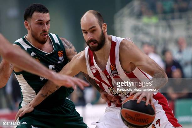 Mike James #5 of Panathinaikos Superfoods Athens competes with Vassilis Spanoulis #7 of Olympiacos Piraeus during the 2017/2018 Turkish Airlines...