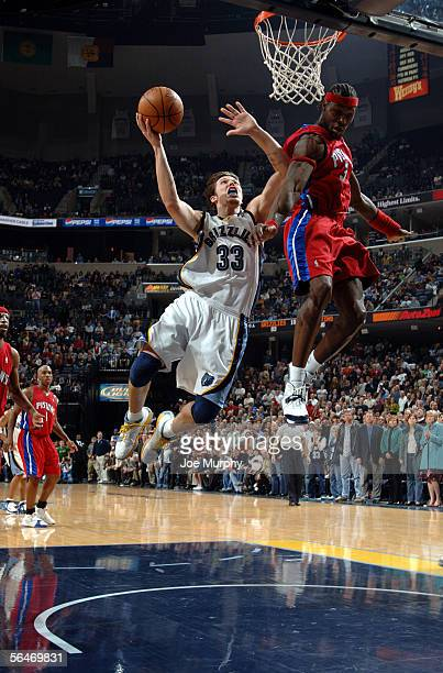 Mike Miller of the Memphis Grizzlies drives to the basket around Ben Wallace of the Detroit Pistons on December 19, 2005 at FedexForum in Memphis,...