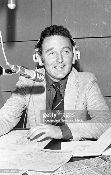 Mike Murphy in the RTÉ radio studio, Dublin, circa December 1983 .