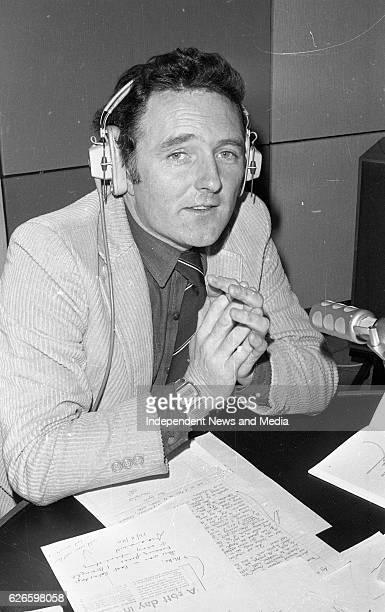 Mike Murphy in the RTÉ radio studio, Dublin, circa December 1983 .