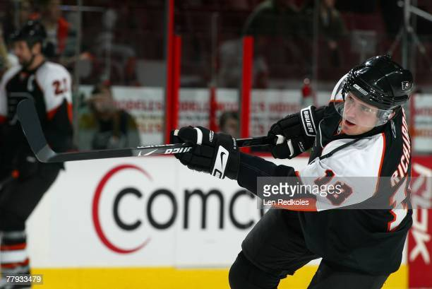 Mike Richards of the Philadelphia Flyers warms up against the New York Islanders on November 12, 2007 at the Wachovia Center in Philadelphia,...