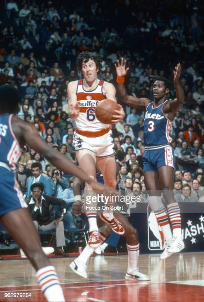 Mike Riordan of the Washington Bullets in action against the Philadelphia 76ers during an NBA basketball game circa 1976 at the Capital Centre in...