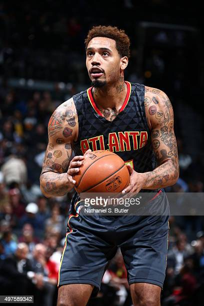 Mike Scott of the Atlanta Hawks prepares to shoot against the Brooklyn Nets during the game on NOVEMBER 17 2015 at Barclays Center in Brooklyn New...