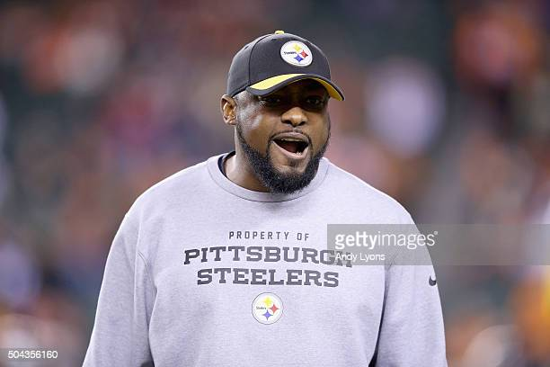 Mike Tomlin the head coach of the Pittsburg Steelers gives insturctions to his team before the game against the Cincinnati Benglas at Paul Brown...