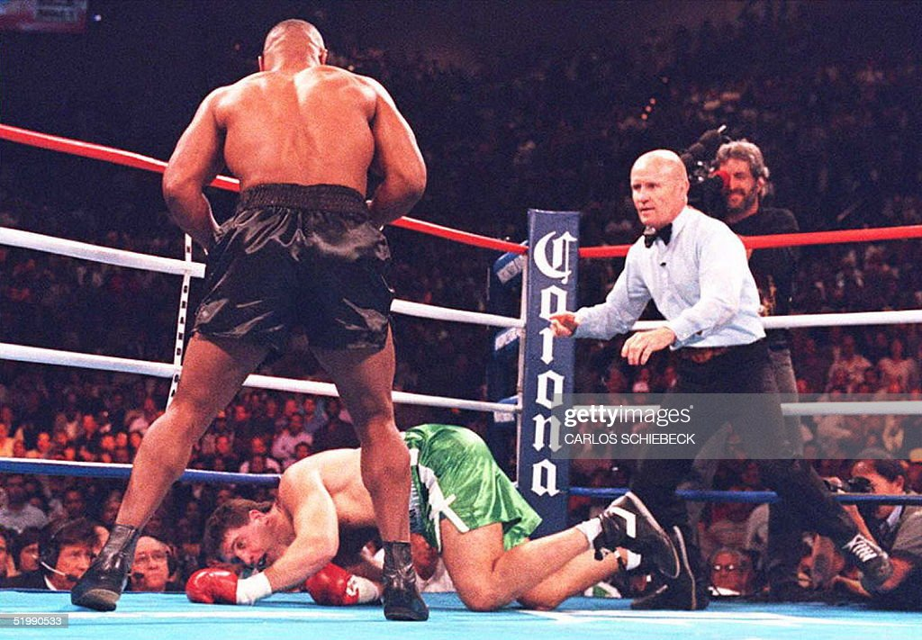 Mike Tyson (L) looks down as Peter McNeeley hits t : News Photo