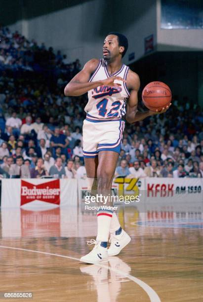 Mike Woodson of the Sacramento Kings dribbles against the Denver Nuggets con January 28 1986 at Arco Arena in Sacramento California NOTE TO USER User...