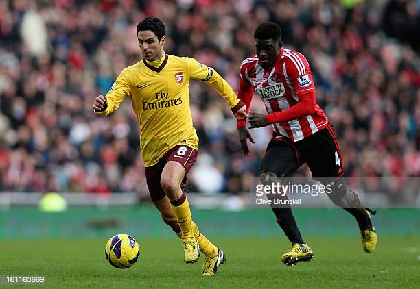 Mikel Arteta of Arsenal moves away from Alfred N'Diaye of Sunderland during the Barclays Premier League match between Sunderland and Arsenal at the...