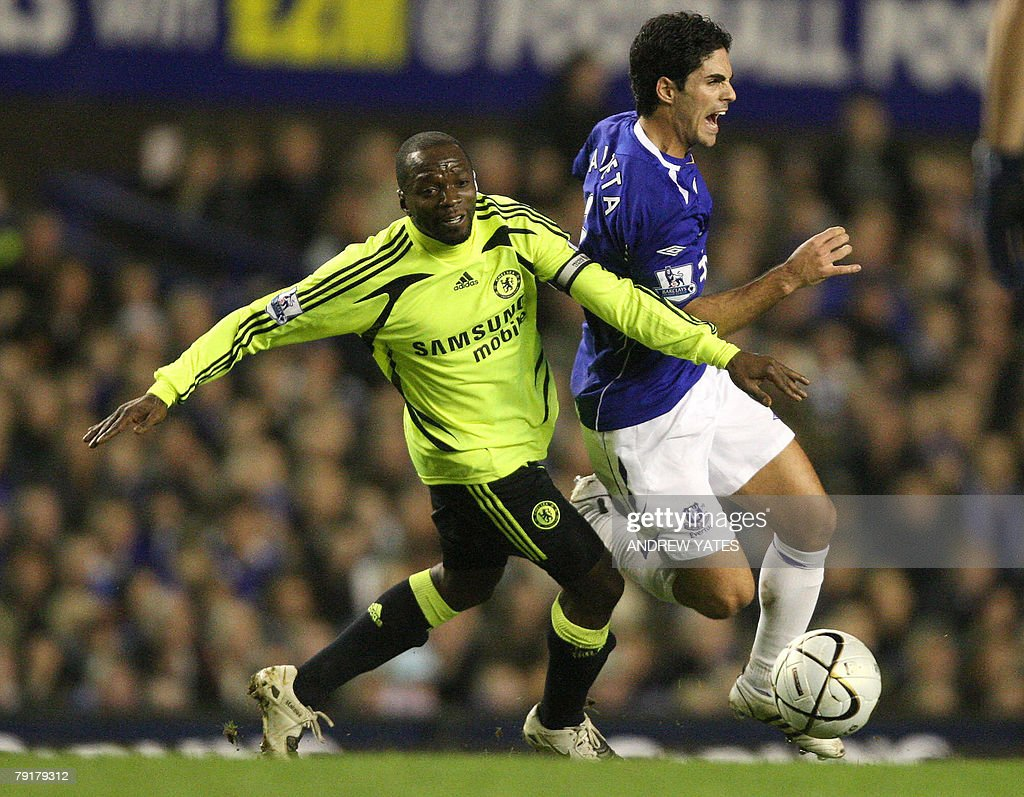 Mikel Arteta (R) of Everton vies with Claude Makelele of Chelsea during the English League Cup football match against Chelsea at Goodison Park, in Liverpool, north-west, 23 January 2008. AFP PHOTO/ANDREW YATES Mobile and website use of domestic English football pictures are subject to obtaining a Photographic End User Licence from Football DataCo Ltd Tel : +44 (0) 207 864 9121 or e-mail accreditations@football-dataco.com - applies to Premier and Football League matches.