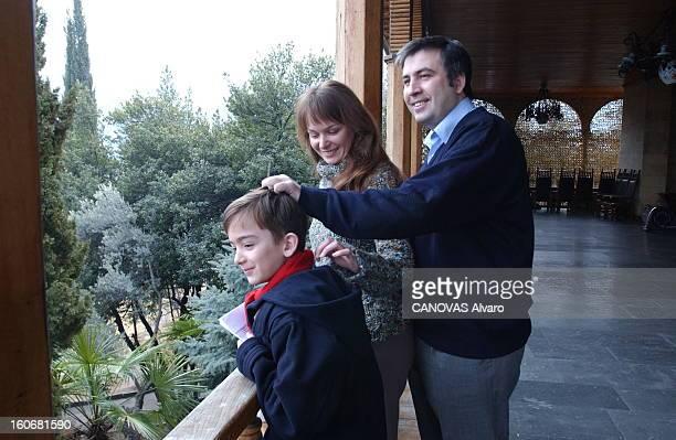 Mikhail Saakashvili New President Of Georgia Mikhaïl SAAKACHVILI 36 ans posant avec son épouse Sandra et leur fils Edouard 8 ans dans une résidence...