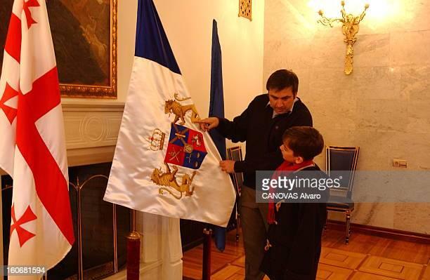Mikhail Saakashvili New President Of Georgia Mikhaïl SAAKACHVILI 36 ans expliquant à son fils Edouard 8 ans la signification du très ancien drapeau...