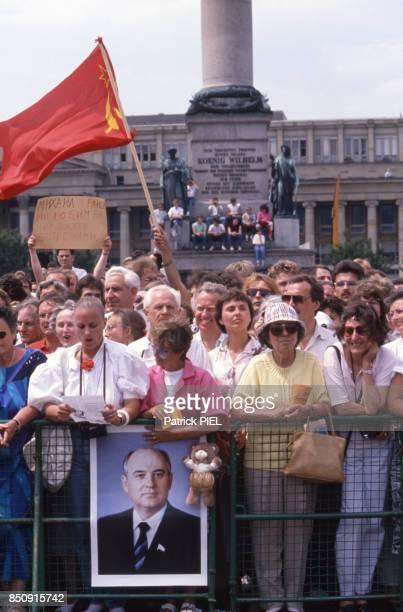 Mikhaïl Gorbatchev accueilli avec des drapeaux de l'URSS par les habitants de Stuttgart le 14 juin 1989 Allemagne