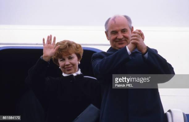 Mikhaïl Gorbatchev et de son épouse saluent avant d'entrer dans l'avion à BerlinEst RDA le 22 avril 1986