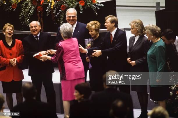 Mikhaïl Gorbatchev et Helmut Kohl lors d'une cérémonie avec à droite Raïssa Gorbatchev et Hannelore Kohl le 9 novembre 1992 à Berlin Allemagne